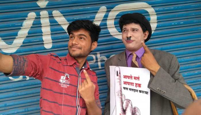 pics: voter came in dress of charlie Chaplin in Aurnagabad, motivated other people to vote