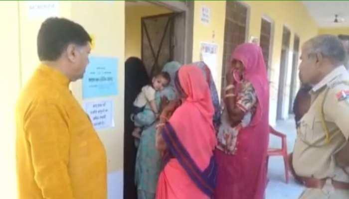 पोलिंग बूथ पर बुर्का पहने महिला को देख भड़के झुंझुनूं सांसद नरेंद्र कुमार, देखें वायरल वीडियो