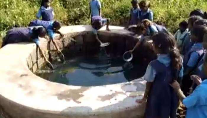 CG: सालों से खराब है स्कूल का हैंडपंप, गंदे कुएं का पानी पीने को मजबूर हैं बच्चे