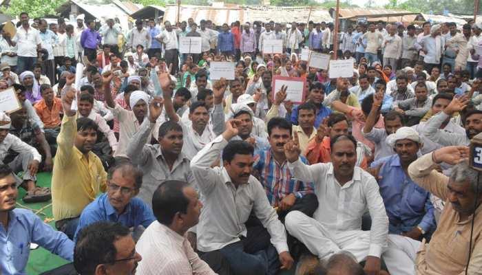 हजारीबाग: पंचायत सचिवों का धरना जारी, कहा- हमारी बदहाली सुधारे सरकार