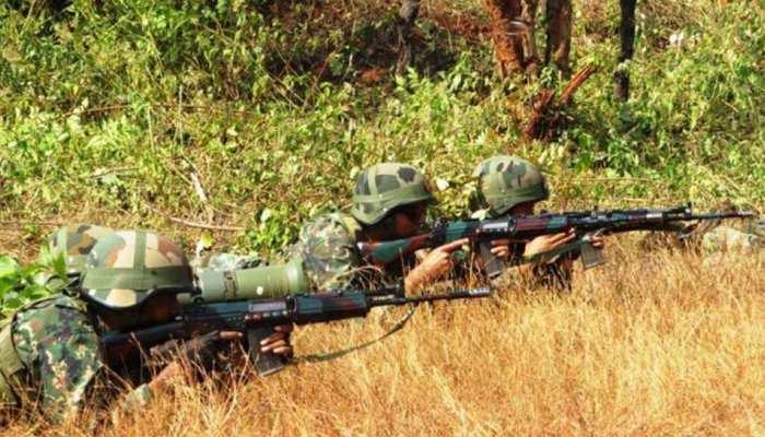 जम्मू कश्मीर: त्राल में सुरक्षा बलों ने 2-3 आतंकियों को घेरा, मुठभेड़ जारी