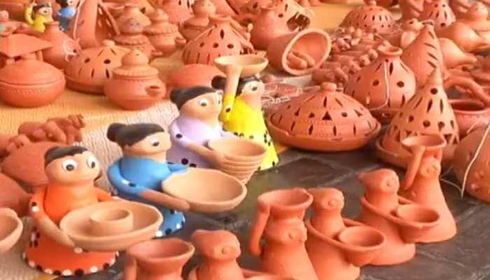 दिल्ली में सजा 'दीयों का मेला', लोग बोले- अबकी दिवाली मिट्टी के दीयों वाली