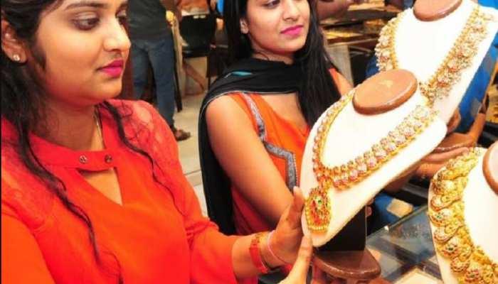 धनतेरस पर और पीला हुआ सोना, 220 रुपये तेजी हुई दर्ज