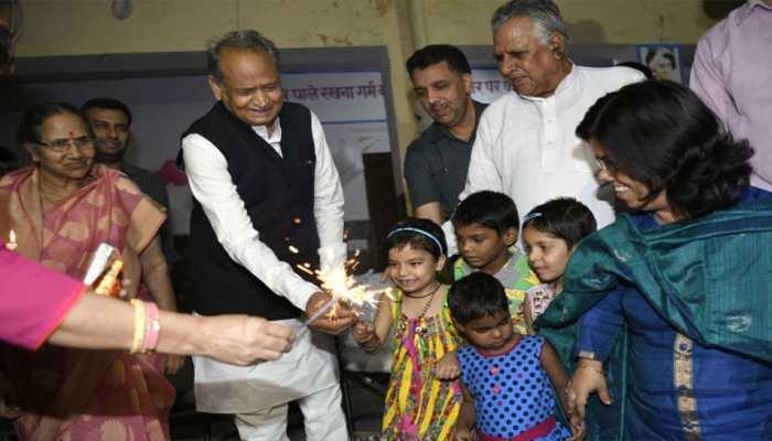 जयपुर: सीएम अशोक गहलोत ने बच्चों के साथ सेलिब्रेट की दीपावली, बांटे गिफ्ट