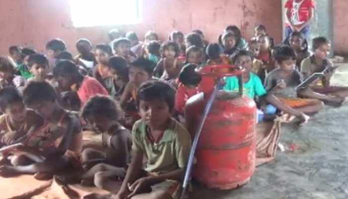 मोतिहारी: सरकारी स्कूल में बच्चों की जान से खिलवाड़, बीच क्लास में बनता है खाना