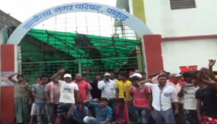 पाकुड़: हड़ताल पर बैठे 70 सफाईकर्मी, अकाउंटेंट पर लगाए गंभीर आरोप
