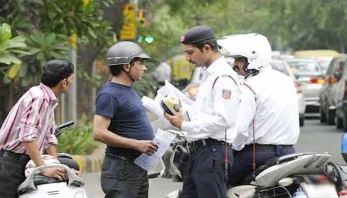 UP: ट्रैफिक नियमों में बड़ा बदलाव, आज से नियम तोड़ने पर देना होगा भारी जुर्माना