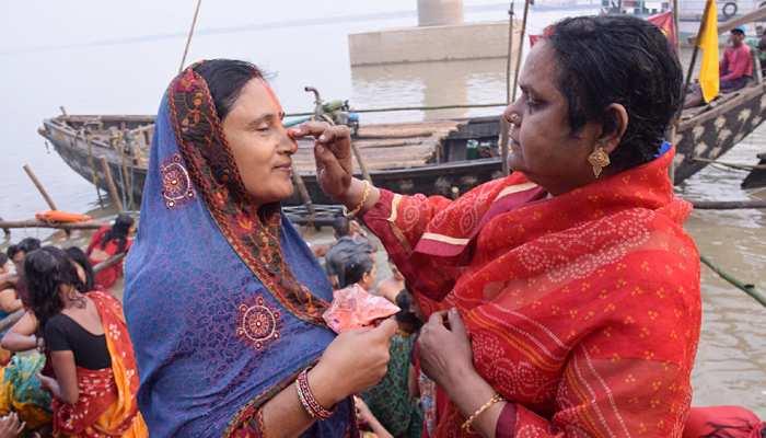 बिहार: छठ महापर्व का दूसरा दिन आज, खरना के प्रसाद में है गुड़ की खीर की प्रधानता
