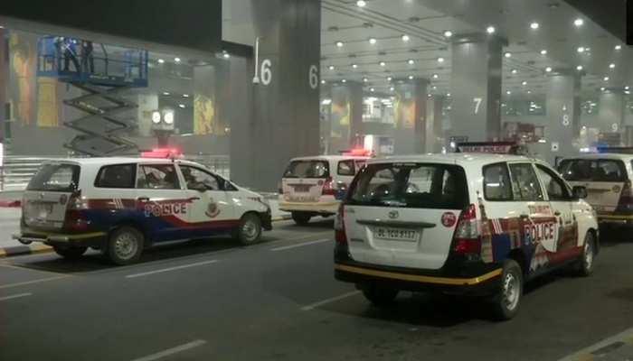 दिल्ली एयरपोर्ट की सुरक्षा में सेंध, विस्फोटकों से भरा बैग मिला