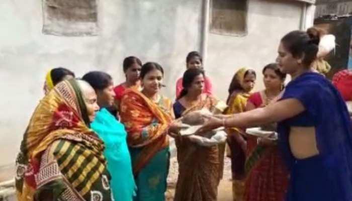 देवघर: किन्नरों ने भी मनाया आस्था का महापर्व छठ, व्रती महिलाओं के बीच बांटे उपहार