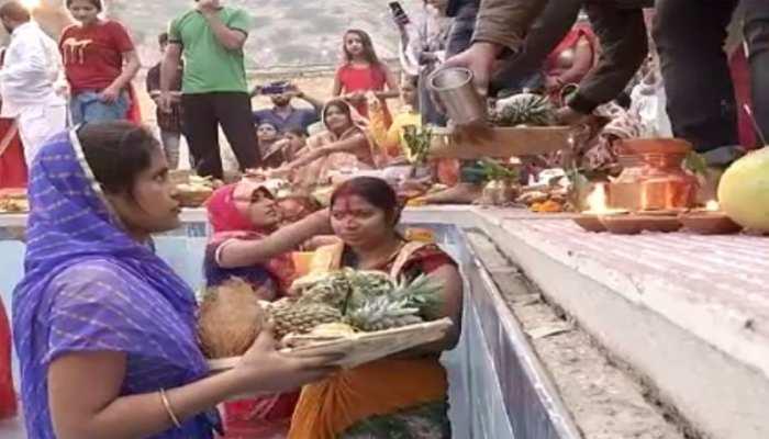 जयपुर: भगवान सूर्य को अर्घ्य देने के बाद छठ मईया को किया विदा, ग्रहण किया प्रसाद