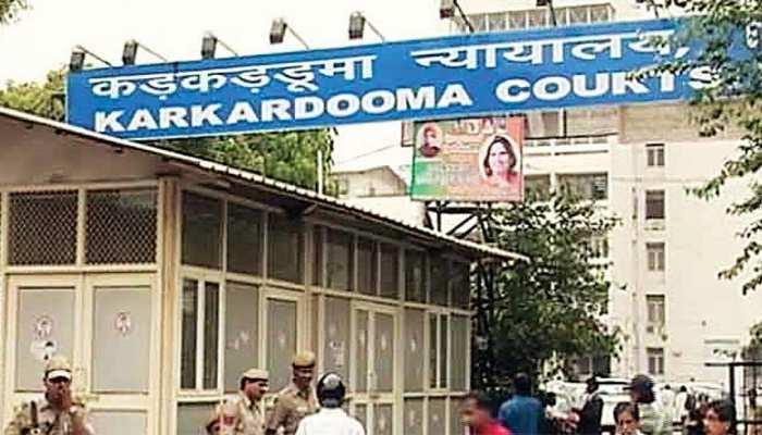 दिल्ली: तीस हजारी के कड़कड़डूमा कोर्ट में भी झड़प, वकीलों ने पुलिसकर्मी को पीटा