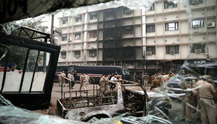 पुलिस-वकील झड़प: दिल्ली पुलिस ने गृह मंत्रालय को सौंपी रिपोर्ट, तीस हजारी विवाद की दी जानकारी