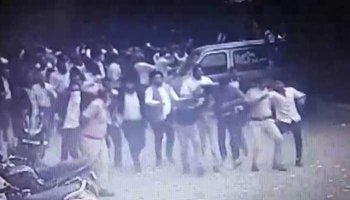 तीस हजारी हिंसा: एक और VIDEO आया सामने, पुलिस अधिकारियों के साथ मारपीट करते दिखे वकील