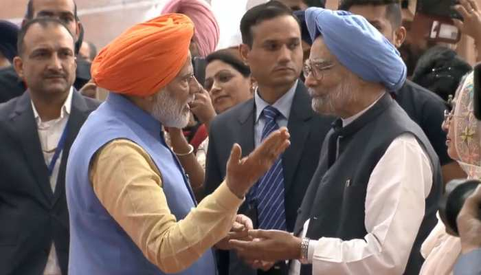 pm narendra Modi warmly meets Dr Manmohan Singh during kartarpur corridor inauguration
