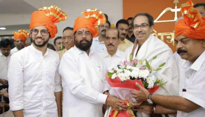 शिवसेना-NCP सरकार को बाहर से समर्थन देगी कांग्रेस!, आदित्य ठाकरे और एकनाथ शिंदे पहुंचे राजभवन