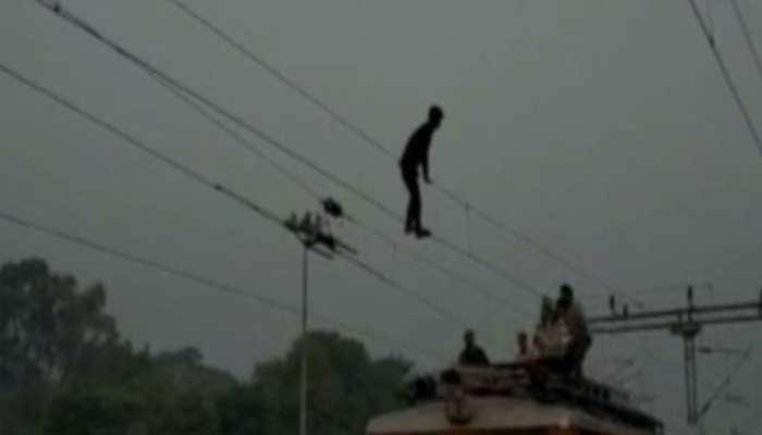 VIDEO: जब रेलवे की हाईटेंशन तार पकड़कर लटक गया युवक, फिर...
