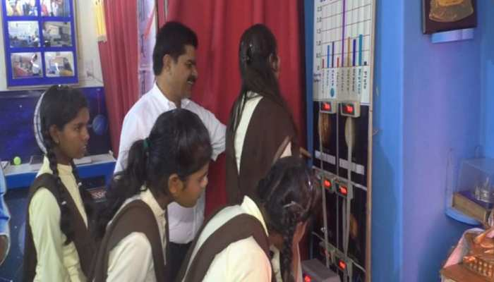 MP: शिक्षक की अनूठी पहल, छात्रों को पढ़ाने के लिए जुगाड़ से बनाई ग्रहानुसार वजन तोलने की मशीन