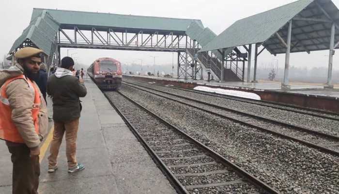 कश्मीर घाटी में 3 माह से बंद पड़ी रेल सेवा पूरी तरह बहाल, श्रीनगर-बानिहाल के बीच दौड़ी रेल