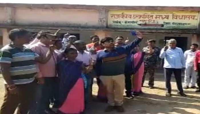 कोडरमा: मतदान के लिए अधिकारियों ने किया जागरूक, वोटर्स के साथ ली सेल्फी
