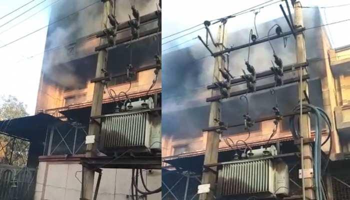 दिल्ली: नरेला इड्रस्ट्रियल एरिया में जूते की फैक्ट्री में लगी भीषण आग, 2 लोगों के फंसे होने की आशंका