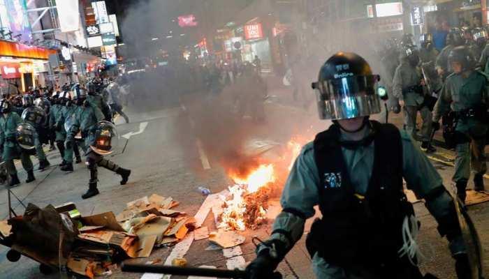 हांगकांग में प्रदर्शनकारियों और पुलिस के बीच लड़ाई जारी, सभी स्कूल फिर बंद