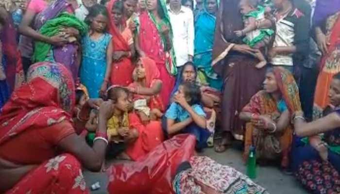 बांका: अज्ञात वाहन की टक्कर से युवक की मौत, नाराज परिजनों ने शव रख सड़क किया जाम