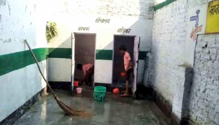 रामपुर: सरकारी स्कूल में बच्चों से साफ कराया शौचालय, वीडियो हुआ वायरल