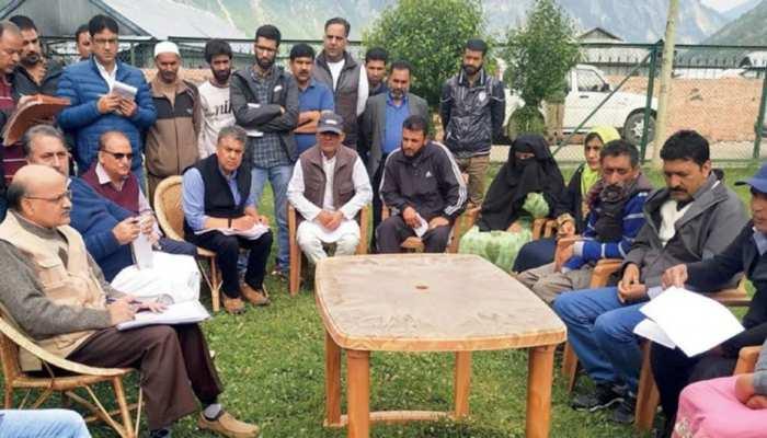 जम्मू कश्मीर में 'बैक टू विलेज' कार्यक्रम शुरू, ग्रामीणों की शिकायतें दूर करने पहुंच रहे अफसर