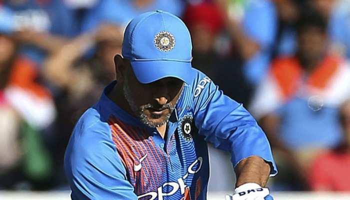 धोनी के भविष्य को IPL  पर तो टाल गए कोच रवि शास्त्री, फिर भी कर दिया यह इशारा