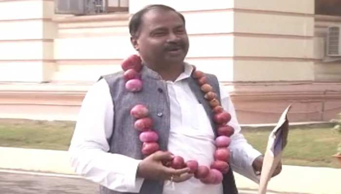 बिहार विधानसभा में गूंजी महंगी प्याज की गूंज, प्याज की माला पहनकर पहुंचे RJD विधायक