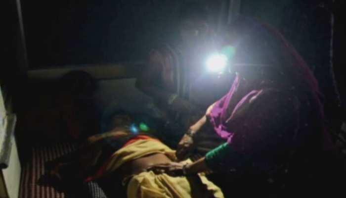MP: सरकारी अस्पताल में डॉक्टरों की लापरवाही, टॉर्च की रोशनी में कर दिया ऑपरेशन