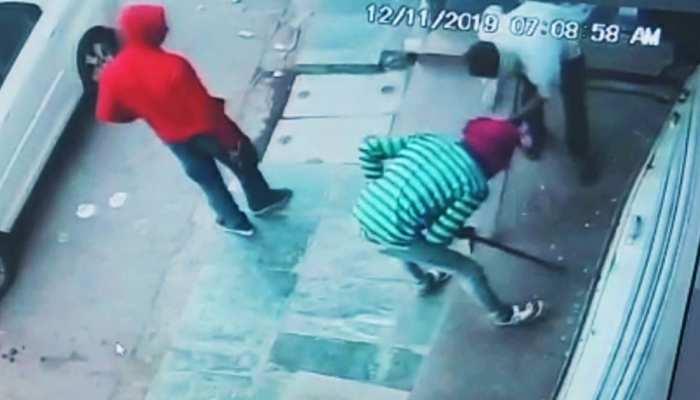 VIDEO: लग्जरी कार से उतरे बदमाश, कपड़े के शोरूम पर बोला धावा; खींच ले गए लॉकर