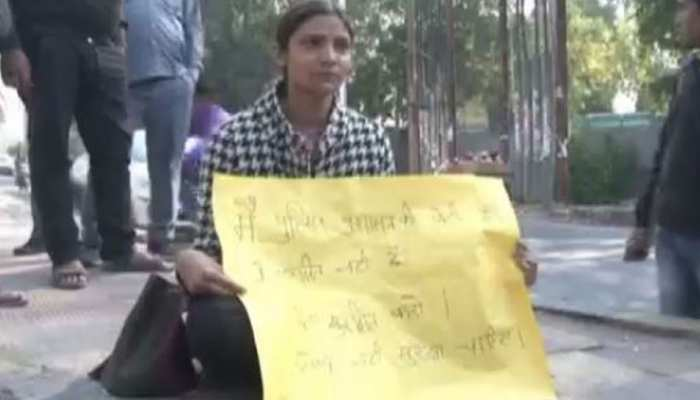 हैदराबाद गैंगरेप-हत्या मामले से आहत पुलिसकर्मी की बेटी, नोएडा में अकेली धरने पर बैठी