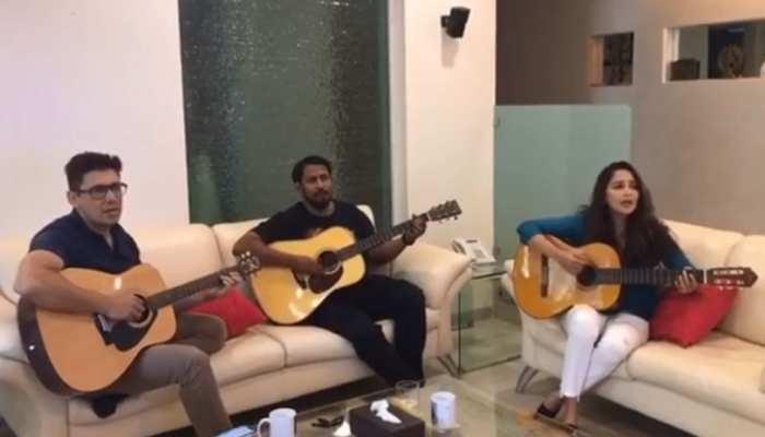 'धक धक गर्ल' माधुरी दीक्षित ने पति संग बजाया गिटार और मिलाया सुर, VIRAL हुआ VIDEO