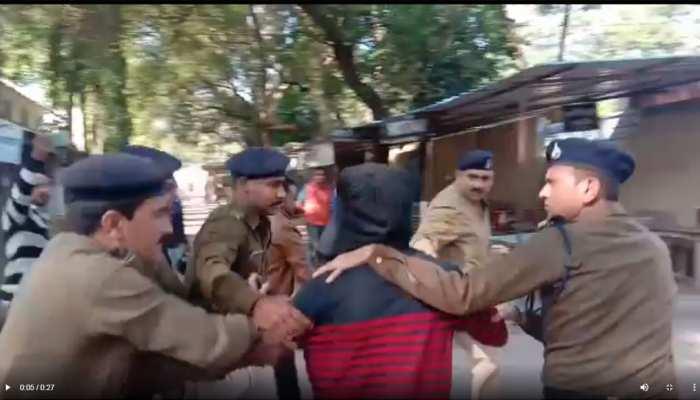 इंदौर: मासूम से दुष्कर्म के बाद हत्या करने के आरोपी की पेशी के दौरान कोर्ट परिसर में पिटाई