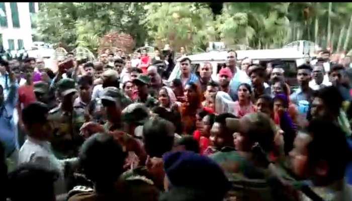 छत्तीसगढ़: मासूम से दुष्कर्म के आरोपी को गुस्साई भीड़ ने कोर्ट में जमकर पीटा