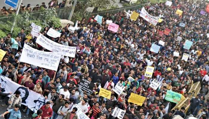 जेएनयू के छात्रों का फीस बढ़ोत्तरी के विरुद्ध प्रदर्शन, दिल्ली वालों ने झेला जाम