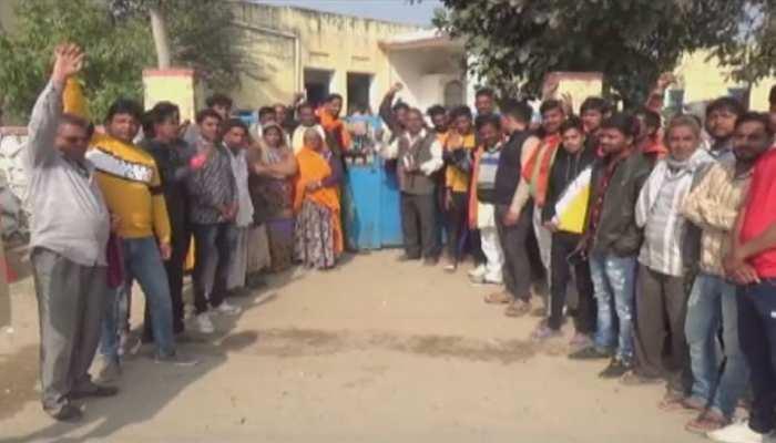 अजमेर: स्कूल स्टाफ की लापरवाही पर ग्रामीणों ने कुछ ऐसे जाहिर किया गुस्सा...