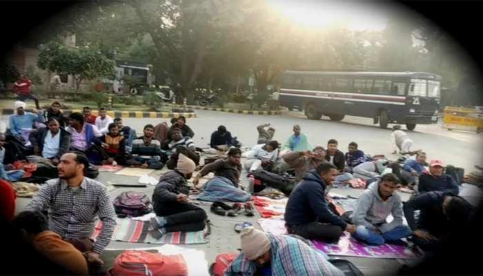 दिल्ली: मंडी हाउस सर्किल पर 15 दिन से धरने पर बैठे दिव्यांगों को दिल्ली पुलिस ने हटाया