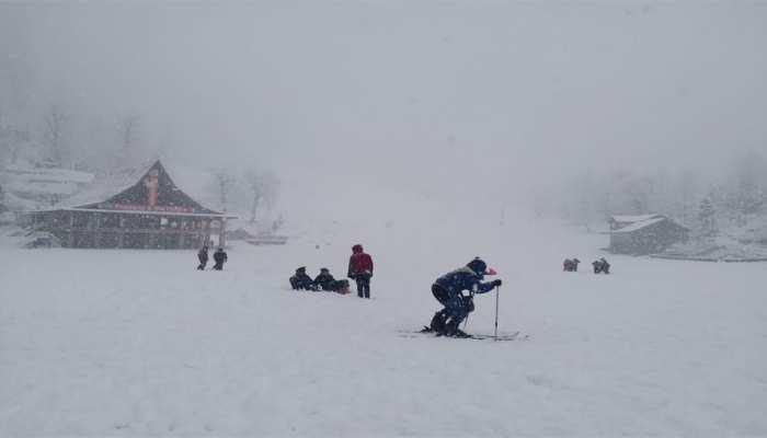 मनाली में हुई मौसम की पहली बर्फबारी, खिल उठे पर्यटकों के चेहरे