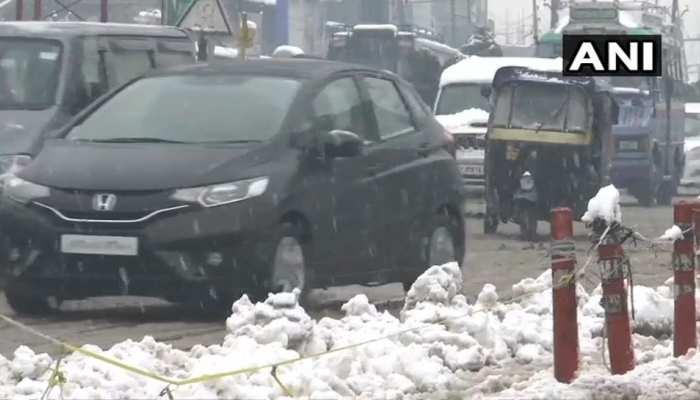 भारी बर्फबारी से जनजीवन प्रभावित, कश्मीर का संपर्क देश के बाकी हिस्सों से कटा