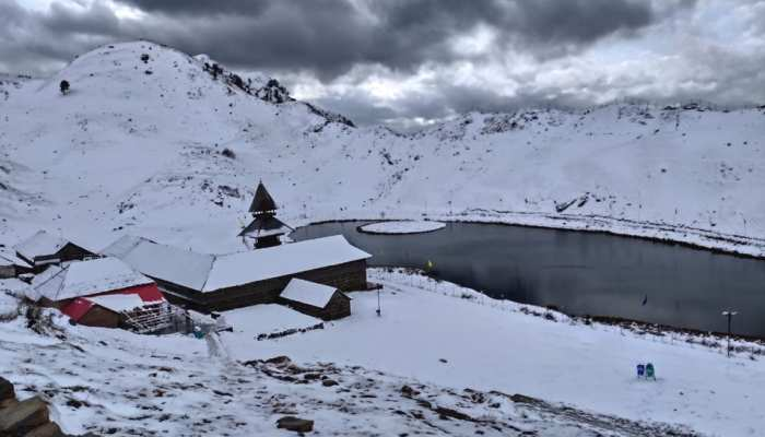 Himachal receives snow all around, tourists gather to enjoy the pleasant weather