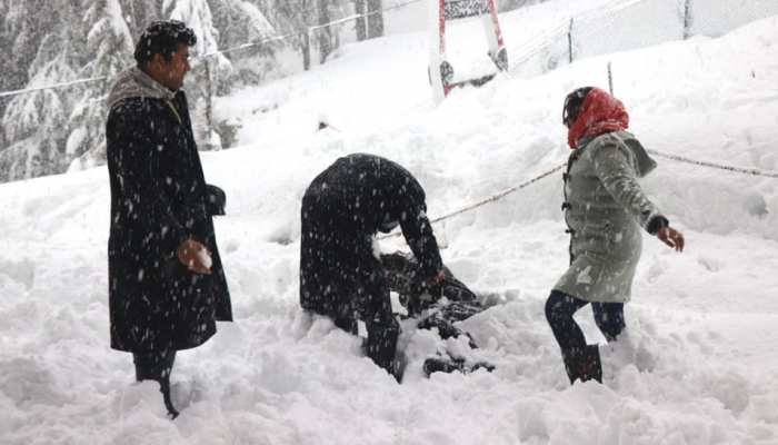 Jammu famous tourist destinations Patnitop Nathatop and Sanasar have been experiencing snowfall