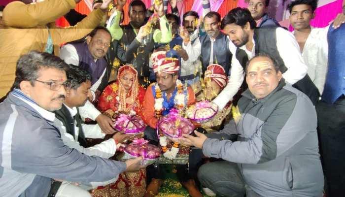 शादी में वर-वधू ने पहनाई प्याज-लहसुन की वरमाला, मेहमानों ने दिए प्याज का गिफ्ट हैंपर