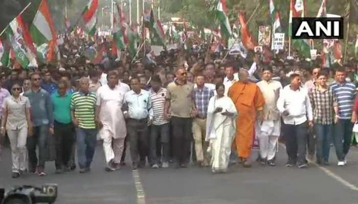 नागरिकता कानून और NRC के खिलाफ प्रदर्शन में उतरीं ममता बनर्जी, कोलकाता में निकाला मार्च