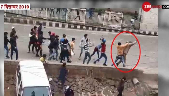 सीलमपुर-जाफराबाद हिंसा: उपद्रवियों ने निहत्थे पुलिस वाले को बुरी तरह पीटा, VIDEO देख सिहर उठेंगे आप