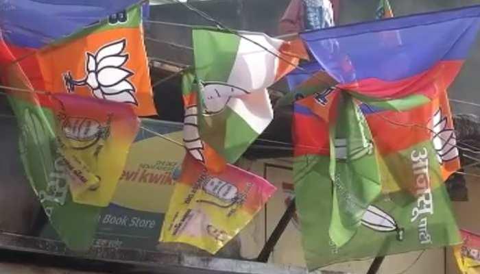 जामताड़ा में नेता नहीं जनता कर रही सियासत, सभी घरों पर लहरा रहे सभी दलों के झंडे
