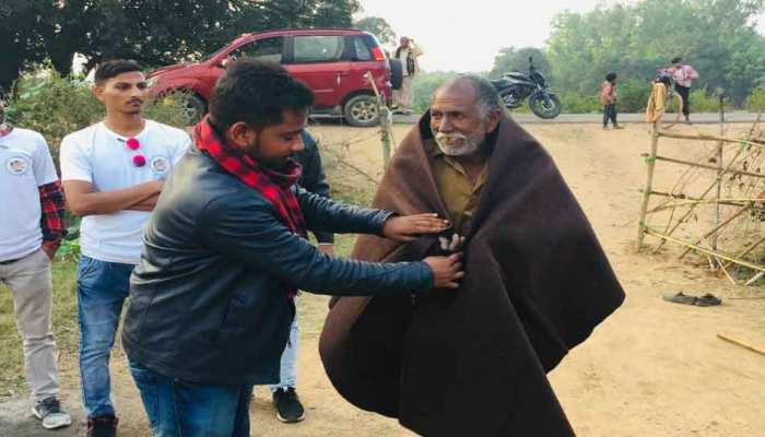 बुंदेलखंडः सर्दी में गरीबों को गर्माहट बांटता है युवाओं का ये समूह, पढ़िए पूरी खबर