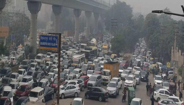 CAA के खिलाफ प्रदर्शन से जाम हुई दिल्ली, सड़कों पर दौड़ने की बजाए खड़े दिखे वाहन, जानें प्रभावित इलाके